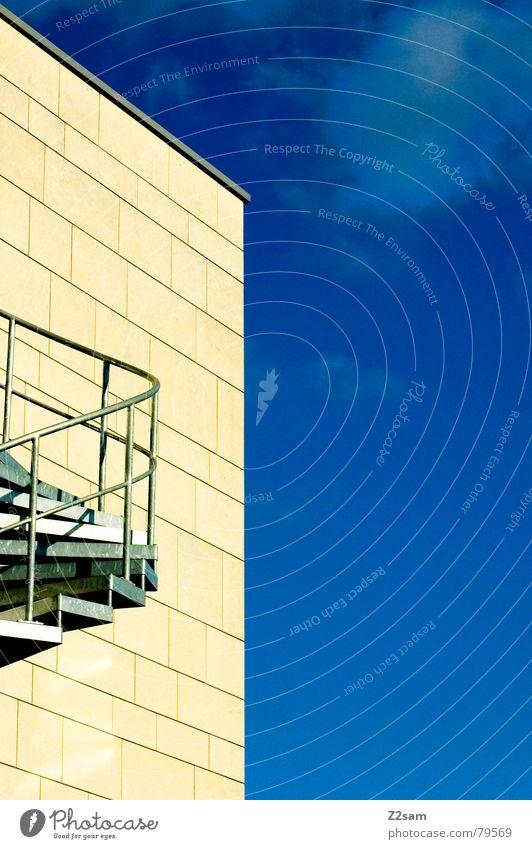 um´s eck Haus Gebäude Himmel Wolken Sommer gelb Physik Wendeltreppe abstrakt sehr wenige Muster Dach modern Ecke sky blue blau Wärme Treppe Leiter Geländer