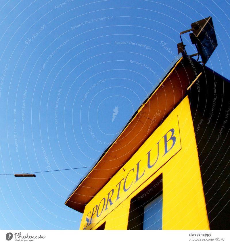 In einem gesunden Körper... Himmel blau schön Freude gelb Bewegung Sport Spielen hell Freizeit & Hobby Aktion Platz Schönes Wetter Straßenbeleuchtung Ball reizvoll