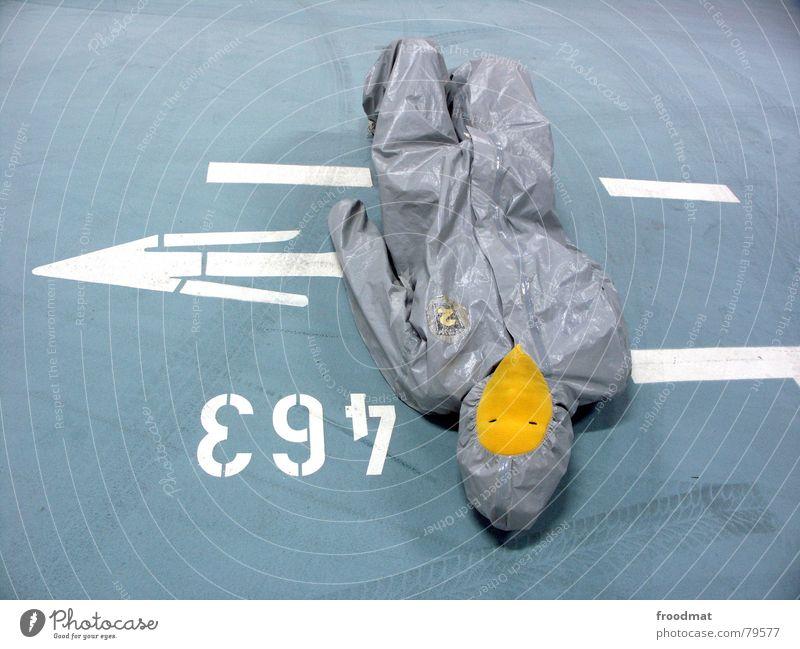 grau™ - falschparker Parkhaus gelb grau-gelb Anzug Gummi Kunst dumm sinnlos ungefährlich verrückt lustig Freude Reifenspuren Kunsthandwerk abstrakt Pfeil Spitze