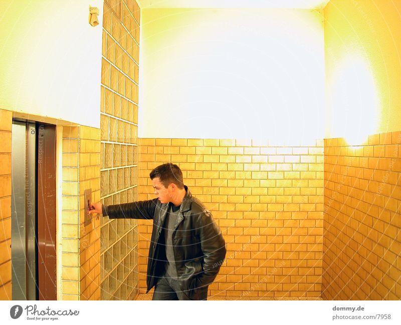 ...er ist da... Mensch Mann Raum Fliesen u. Kacheln Fahrstuhl