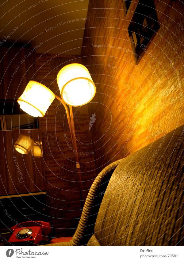 Ein Ding, das sich Stehlampe nennt Lampe Sofa Licht Schrank Regal Wohnzimmer Nostalgie braun dunkel Deutschland orange sonnenlos Ostzone DDR Schatten alt hell