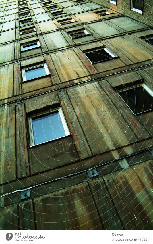 Rückseite Stadt blau Haus dunkel Fenster Wärme Architektur Gebäude grau Stein Deutschland Häusliches Leben Glas Beton Mitte Physik