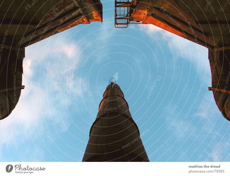 symmetrie unten Symmetrie rot Stahl Fabrik Wolken Ferne beklemmend Sonnenstrahlen Licht Froschperspektive Baustelle Baustahl Himmel Schmiedestahl dreckig