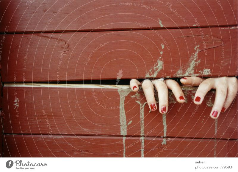 fingers .. einklemmen Intuition Finger Nagellack rot fangen Hand Holz Gefühle Schmerz Holzbrett Haut Lack