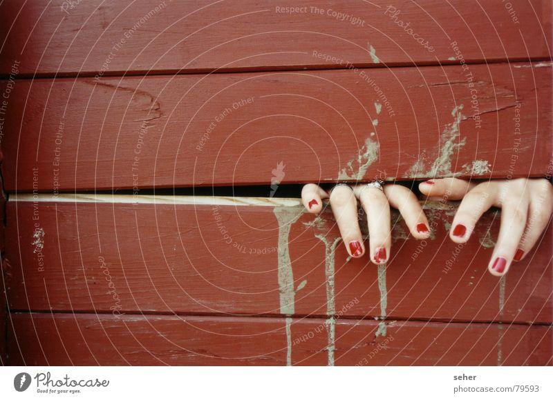fingers .. Hand rot Gefühle Holz Haut Finger fangen Schmerz Holzbrett Lack Intuition Kosmetik Nagellack einklemmen