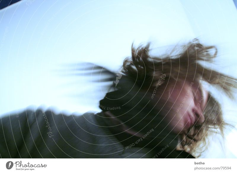 headlessness kalt Schal Trauer Verzweiflung Porträt Sturm Sehnsucht schwarz resignieren rückwärts Angst Junger Mann geblitzt Vergänglichkeit Bewegung blau