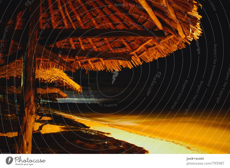 Meer sein in der Nacht Ferne Gastronomie Strandanlage Wärme Küste Indischer Ozean Kenia Resort Sonnenschirm Liegestuhl Kitsch Klima Lichtgrenze dunkel tropisch