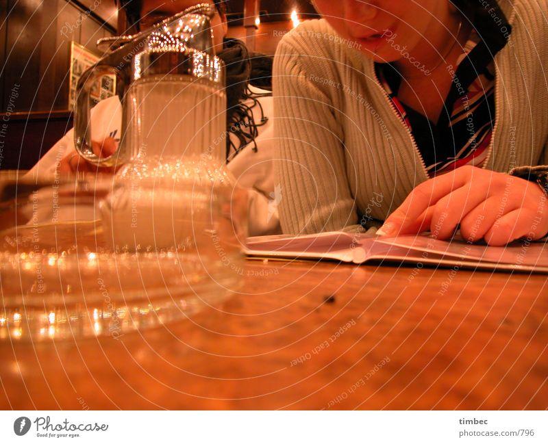 Schwere Entscheidung Frau Mann Hand weiß Denken braun Mund Finger Tisch Perspektive trinken Bar Gastronomie Spiegel Bier genießen
