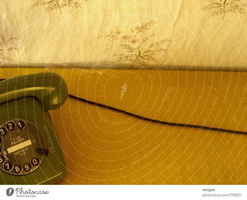 Bimmelim grün Farbe schwarz gelb Wand Mauer Häusliches Leben Kreis Tisch Technik & Technologie Ecke Telefon fantastisch rund Ziffern & Zahlen Kabel