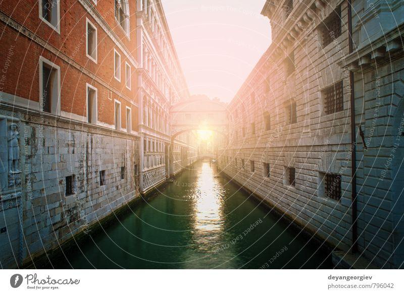 Alte Gebäude und Boote im Kanal in Venedig Ferien & Urlaub & Reisen Sommer Insel Haus Landschaft Fluss Kleinstadt Kirche Brücke Architektur Wasserfahrzeug alt