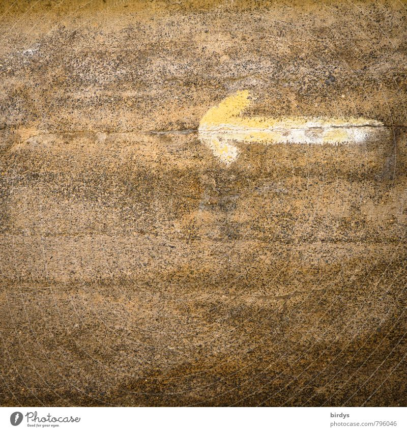 Richtungsweiser Mauer Wand Zeichen Pfeil alt einfach Originalität braun gelb ruhig Wege & Pfade Graffiti richtungweisend links Farbfoto Gedeckte Farben
