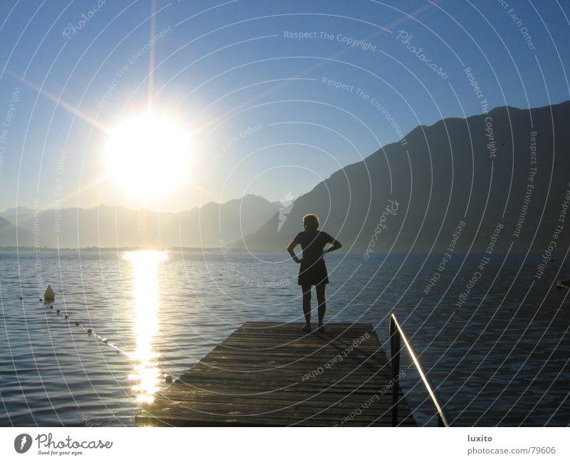 erleuchtet See Frau Sommer Sehnsucht Morgen Sonnenaufgang Himmel Nostalgie Wolken Einsamkeit Ferien & Urlaub & Reisen Sonnenbad Licht ruhig schön Wasser