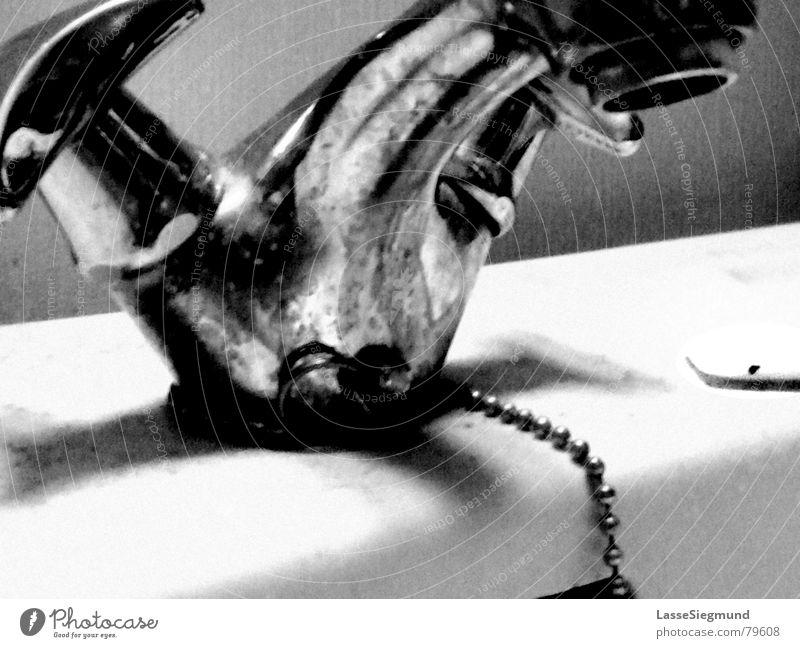 Wasserhahn Waschbecken schwarz dreckig Seife Reinigen Stahl kaputt Bad Toilette Wohnung nass trist grau Abfluss Haushalt Metall Kontrast Schwarzweißfoto