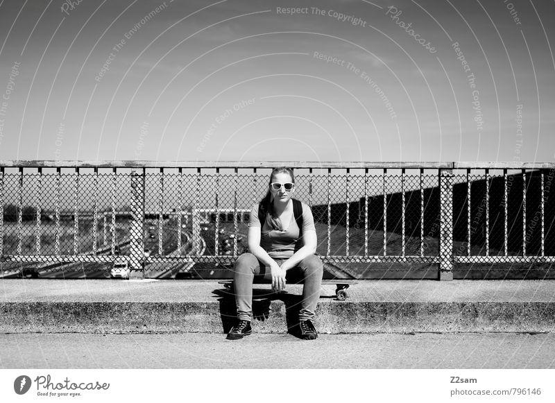 Skaterin Lifestyle elegant Stil Sommer Skateboarding feminin Junge Frau Jugendliche 1 Mensch 18-30 Jahre Erwachsene Stadt Brücke Straße T-Shirt Jeanshose