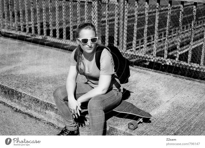 Skater Girl Lifestyle elegant Stil Sport Skateboarding Longboard feminin Junge Frau Jugendliche 18-30 Jahre Erwachsene Verkehr Straße T-Shirt Jeanshose