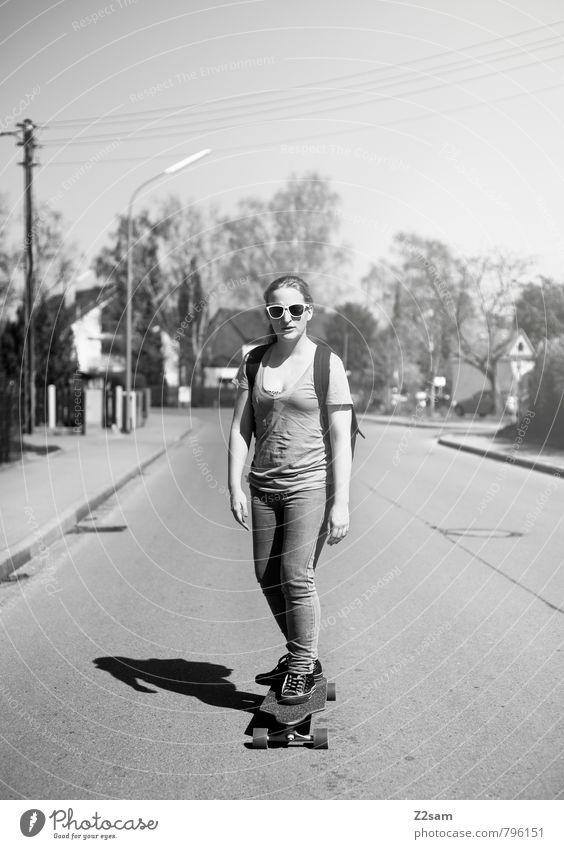 Skaterin Mensch Jugendliche Stadt Sommer Sonne Baum Erholung Junge Frau 18-30 Jahre Erwachsene Straße Bewegung feminin Stil Freiheit Lifestyle