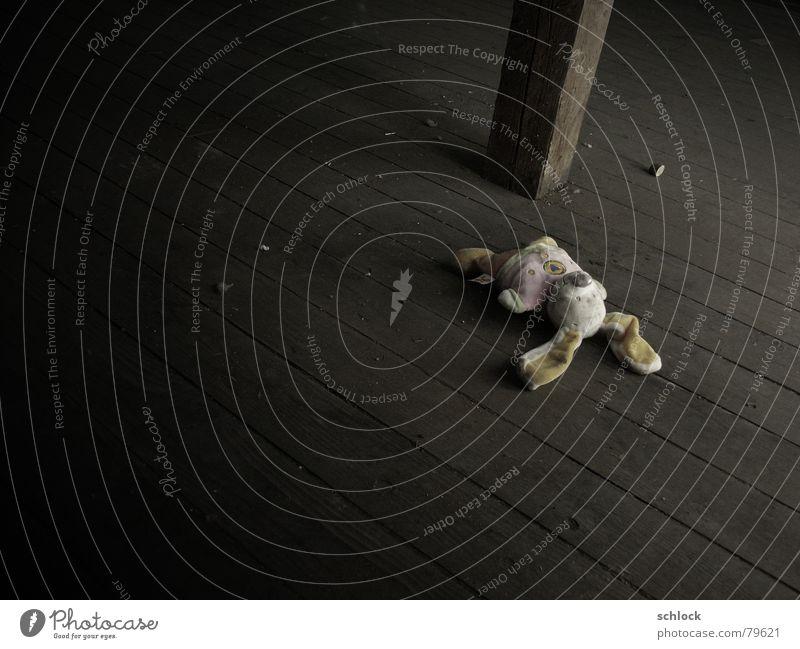 ...saß und schlief alt dunkel Holz Traurigkeit dreckig Ostern Spielzeug Holzbrett Hase & Kaninchen verloren vergessen Dachboden Holzfußboden Strebe Stofftiere Lichtschein