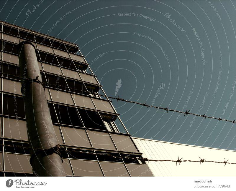 PROTECTED Stacheldraht Zaun Grenze gesperrt Lücke Himmel Wolken schlechtes Wetter himmlisch Götter Unendlichkeit Haus Hochhaus Gebäude Material Fenster live