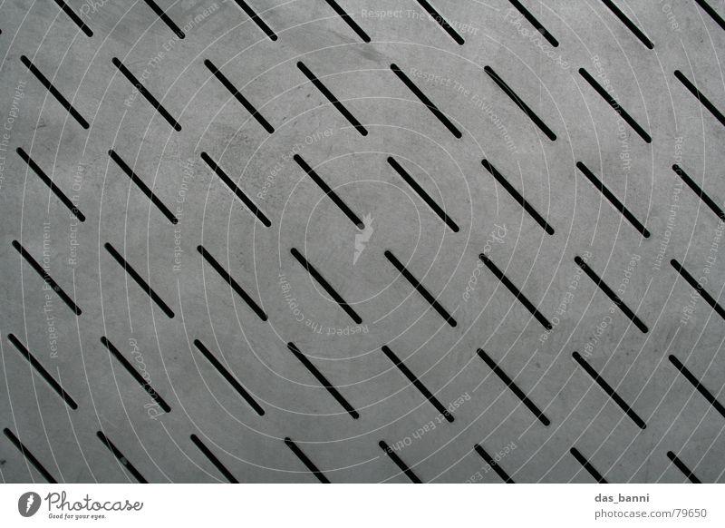 Nadelstreifen Stadt schwarz kalt grau Linie Metall dreckig Industrie modern Bodenbelag Schutz Spuren Reihe Muster Fußspur diagonal