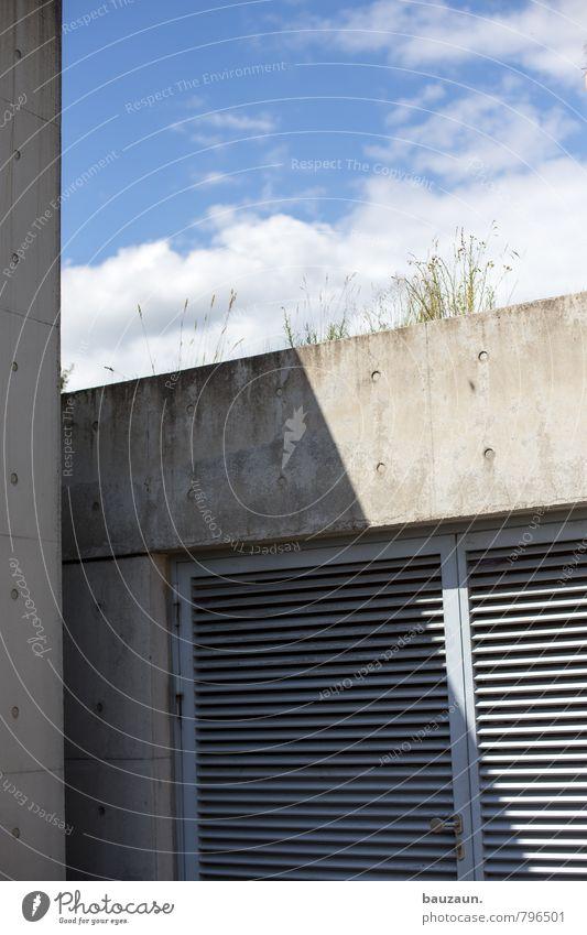 betonschatten. Industrie Energiewirtschaft Himmel Wolken Sonne Pflanze Gras Garten Industrieanlage Fabrik Bauwerk Gebäude Architektur Mauer Wand Fassade Tür