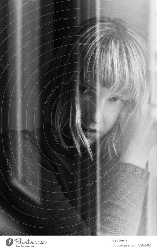 | schön Mensch Junge Frau Jugendliche Leben Gesicht 18-30 Jahre Erwachsene Fenster blond Pony Beratung Einsamkeit einzigartig Enttäuschung Gefühle geheimnisvoll