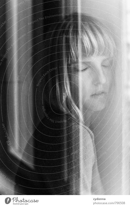 Halt Mensch Jugendliche schön Junge Frau Erholung Einsamkeit ruhig 18-30 Jahre Fenster Erwachsene Gesicht Leben Gefühle feminin Gesundheit Gesundheitswesen