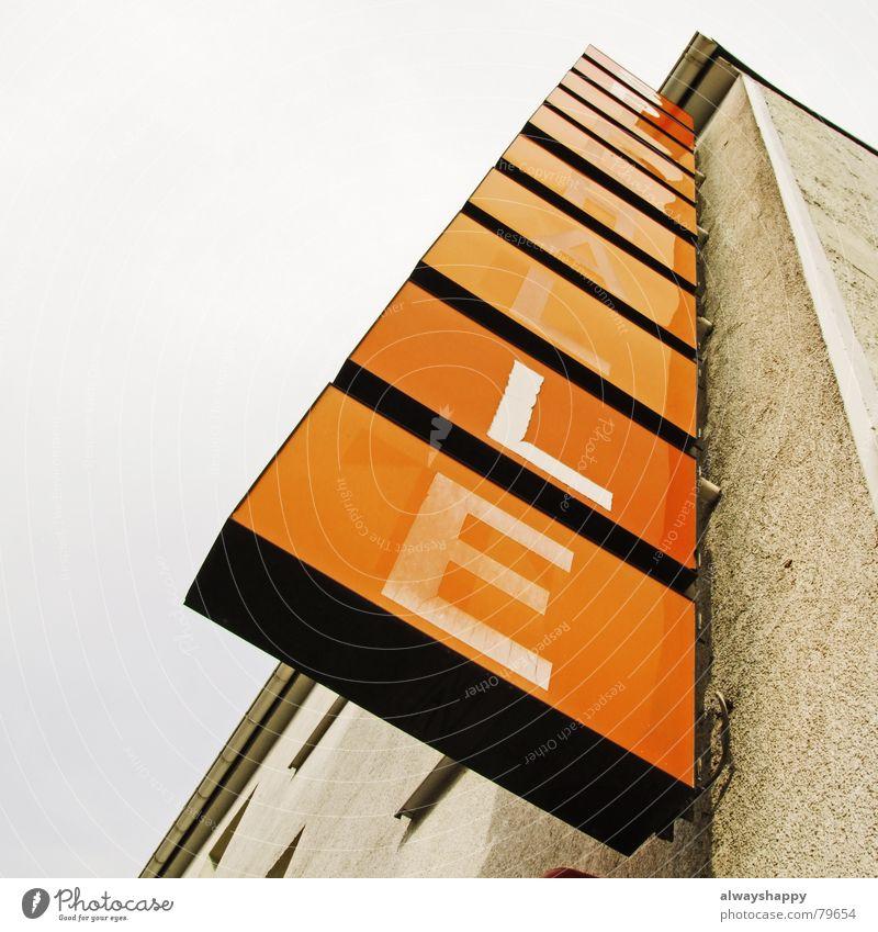 ...LLE Himmel Haus grau orange dreckig Schilder & Markierungen Fassade geschlossen Schriftzeichen kaputt Buchstaben Werbung verfallen schäbig Insolvenz
