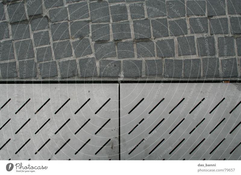 Nadelstreifen versus Karo Stadt kalt grau Stein Metall Linie Horizont dreckig modern Bodenbelag Stoff Spuren Quadrat diagonal Fußspur Reihe