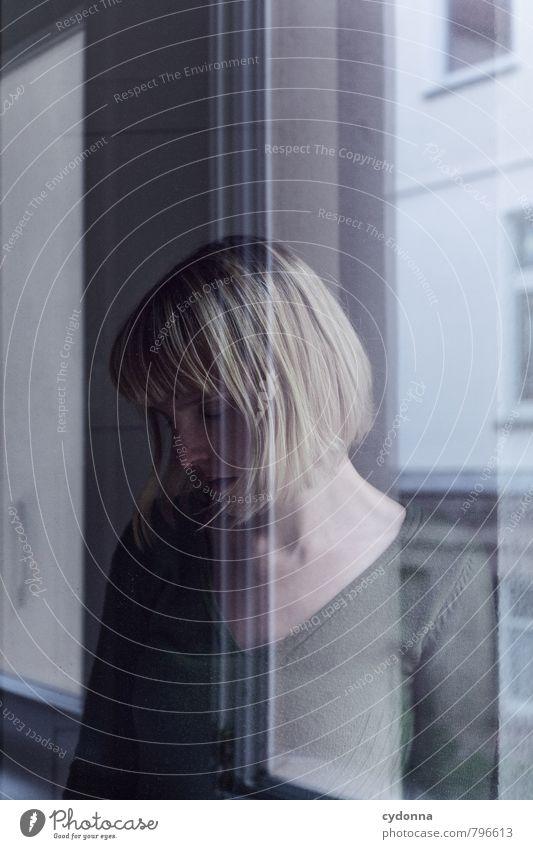 Erinnerung Erholung ruhig Häusliches Leben Mensch Junge Frau Jugendliche 18-30 Jahre Erwachsene Fenster Zufriedenheit Beratung Einsamkeit einzigartig Gefühle