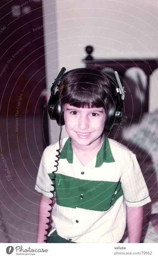 little boy with headphones Freude Junge Musik lachen hören grinsen Kopfhörer Kind