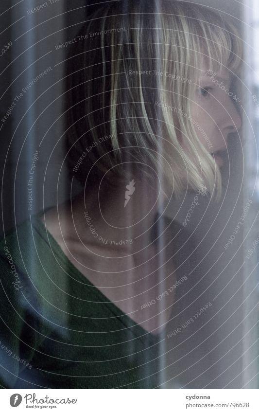Einen Blick wagen Gesundheit Mensch Junge Frau Jugendliche Leben Gesicht 18-30 Jahre Erwachsene Fenster blond Angst Stress Beratung Einsamkeit entdecken
