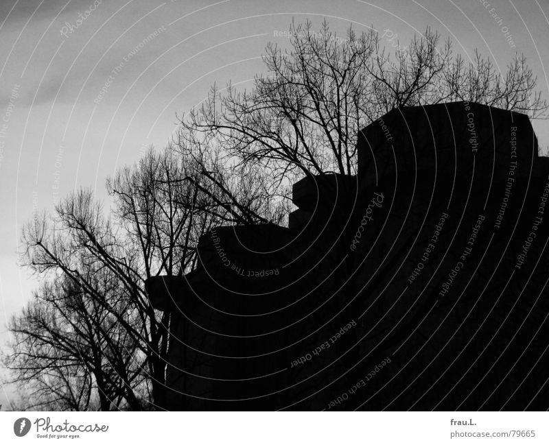 Bunker Faschismus Nationalsozialismus hässlich Beton Krieg Bombe Macht groß Baum Winter Angriff 2. Weltkrieg Hochbunker Architektur Arbeit & Erwerbstätigkeit