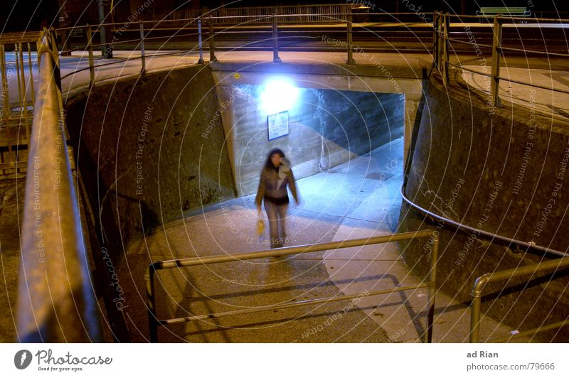 Das Licht am ende des Tunnels Frau Erwachsene 1 Mensch Wärme Bahnhof Brücke Mauer Wand Treppe Tasche laufen träumen dunkel hell kalt Warmherzigkeit Einsamkeit