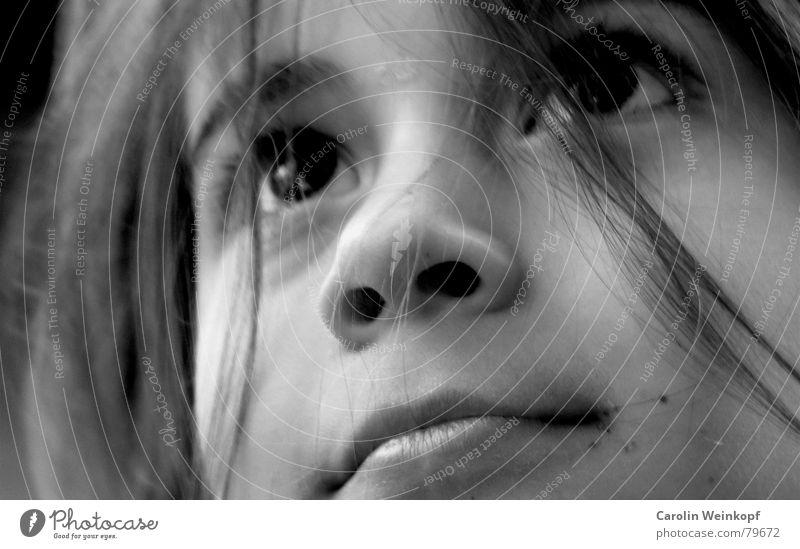 Sehnsüchtig. träumen Schlamm klein schwarz Lippen Kind Sehnsucht Sommer süß Kleinkind Freude Haare & Frisuren Auge Nase Mund Leben