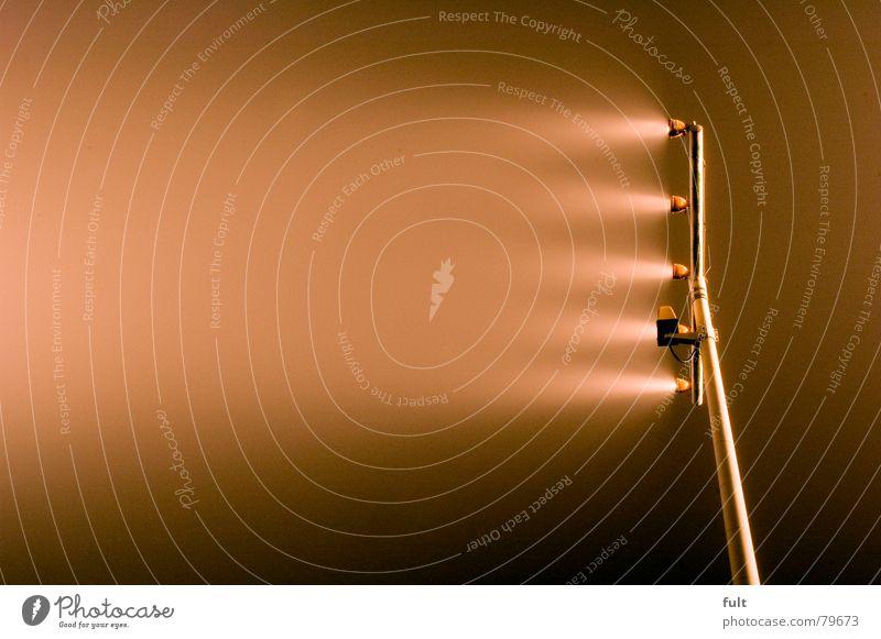 beleuchtung Natur Lampe dunkel hell Beleuchtung Metall Nebel Industrie Flughafen Glühbirne Scheinwerfer Wegweiser Aluminium Schleier Flugplatz Lichtschein