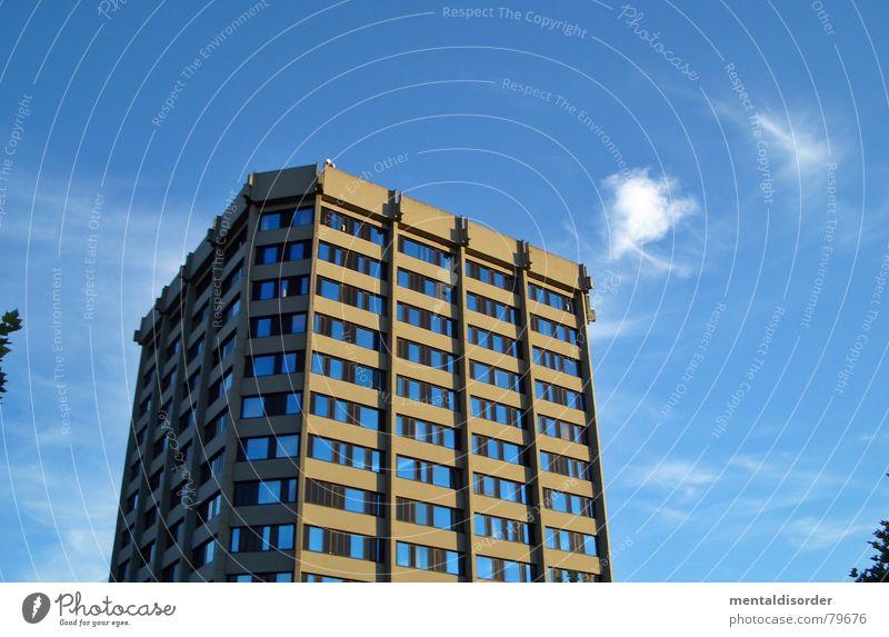 blauer Turm See Schönes Wetter Etagenpyramide kennenlernen Schulgebäude lernfähig Wolken Gebäude Fenster lichtvoll Bauwerk Himmel weiß Himmelskörper & Weltall