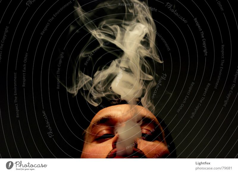 Viel Rauch um nichts Mensch Mann schwarz Gesicht dunkel Horizont Nebel Perspektive Rauchen Industriefotografie Rauch blasen Partnerschaft Meinung Zigarette Langeweile
