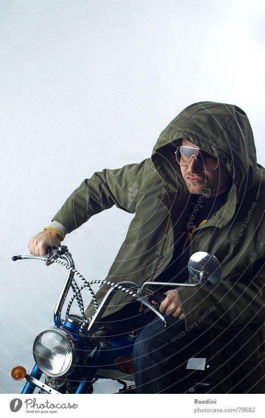moped-gang unterwegs Kleinmotorrad Fahrer kultig Rückspiegel Motorrad fahren Mantel Kapuze Brille Sonnenbrille Motorradfahrer Scheinwerfer Verkehrsmittel Licht