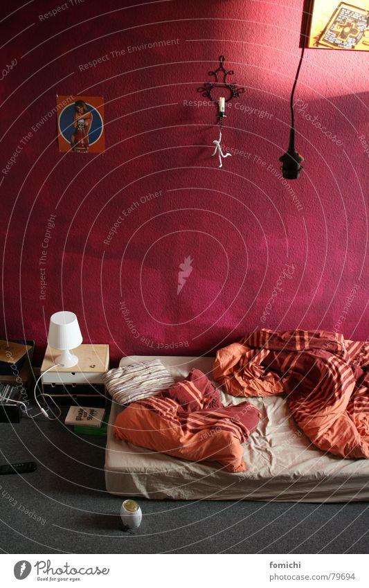 zu klein für sechs. Erholung Raum Buch liegen schlafen Kerze lesen streichen Student Uhr Bettwäsche Langeweile Kissen Charakter Schlafzimmer Wecker