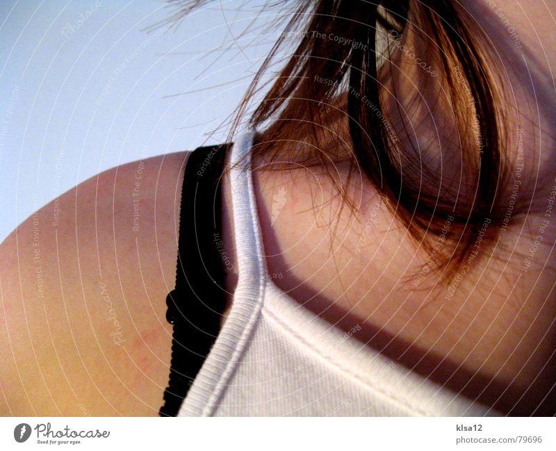 Frauenkörper ;) Schulter Stoff Dinge 2006 feminin Körperhaltung Dame Oberkörper Junge Frau Jugendliche Makroaufnahme Nahaufnahme Hals Haare & Frisuren