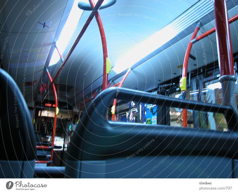 Lichterbus Lichtstreifen Knöpfe fahren Bewegung Langzeitbelichtung Belichtung rot Neonlicht unten Mann offen Verkehrsmittel ökologisch Billig praktisch angenehm