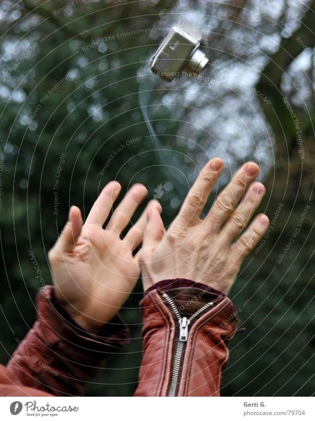 Camera tossing Hand Freude fliegen Finger hoch Luftverkehr gefährlich bedrohlich Fotokamera Vertrauen fangen drehen silber Abheben Luftaufnahme Reißverschluss