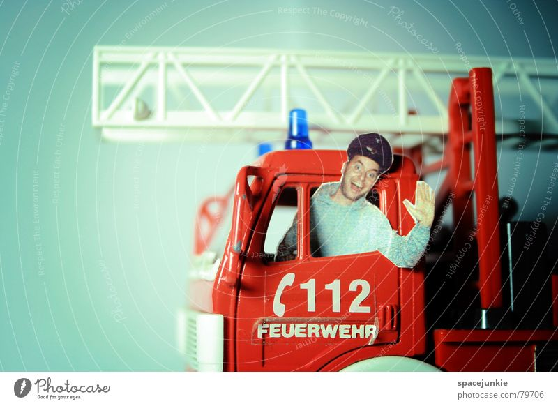 112 Feuerwehrmann Feuerwehreinsatz Feuerwehrauto Freak Miniatur gefährlich lustig Mann Spielzeug Freude löschfahrzeug Einsatz Brand gefahrvoll bedrohlich Witz