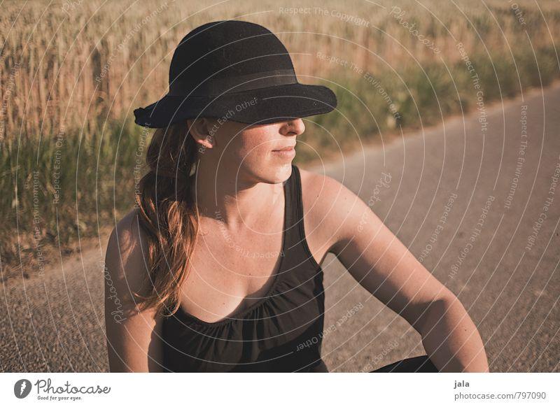 sonnig Wohlgefühl Zufriedenheit Erholung ruhig Mensch feminin Frau Erwachsene 1 30-45 Jahre Natur Landschaft Pflanze Sommer Schönes Wetter Feld Hut brünett