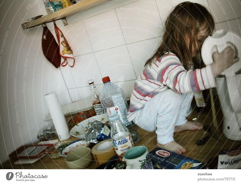 hexe kocht nudeln im wasserkocher .. Milch Geschirr Tasse Küche Kind Schere Kleinkind Mädchen hocken dreckig planen Schweinerei Wasserflasche Unsinn