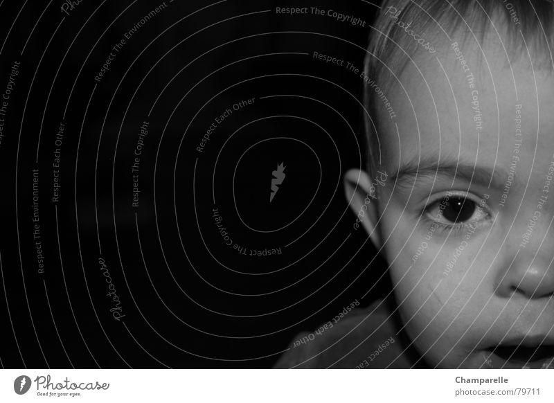Laura Kind Schulter Schwarzweißfoto Kleinkind Wohnzimmer Auge Nase Mund Ohr