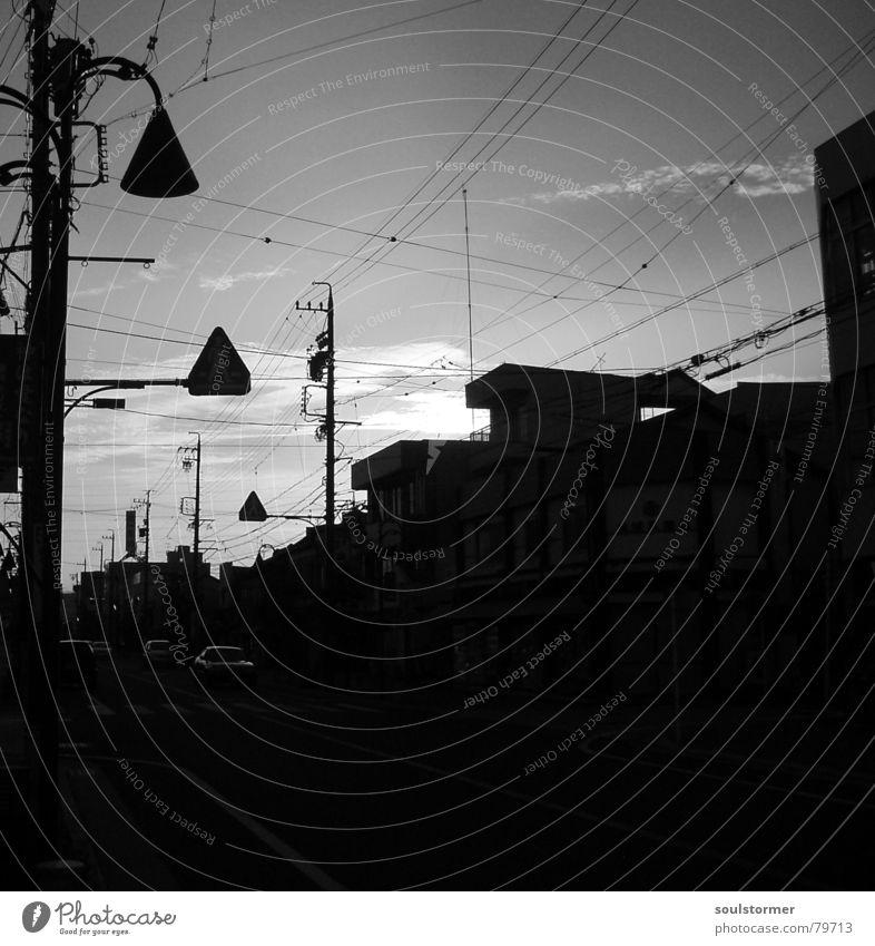 linksVerkehr Himmel Ferien & Urlaub & Reisen Stadt Sonne Wolken Haus schwarz dunkel Graffiti Straße Gebäude außergewöhnlich PKW Freizeit & Hobby Verkehr trist