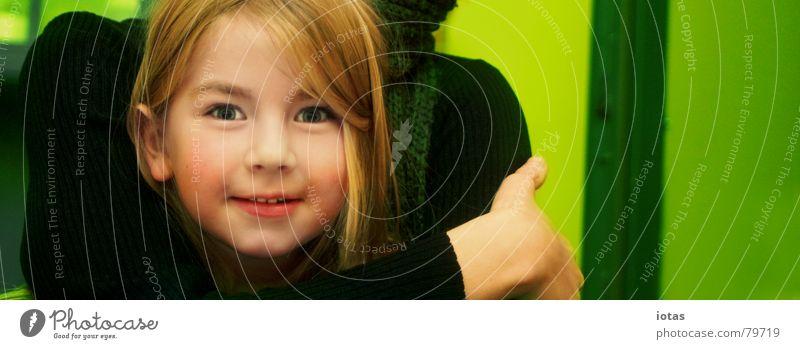 luise Kind Familie & Verwandtschaft grün Mädchen Freude Liebe Haare & Frisuren lachen Eltern Erde blond Arme Mutter Frau grinsen Geborgenheit