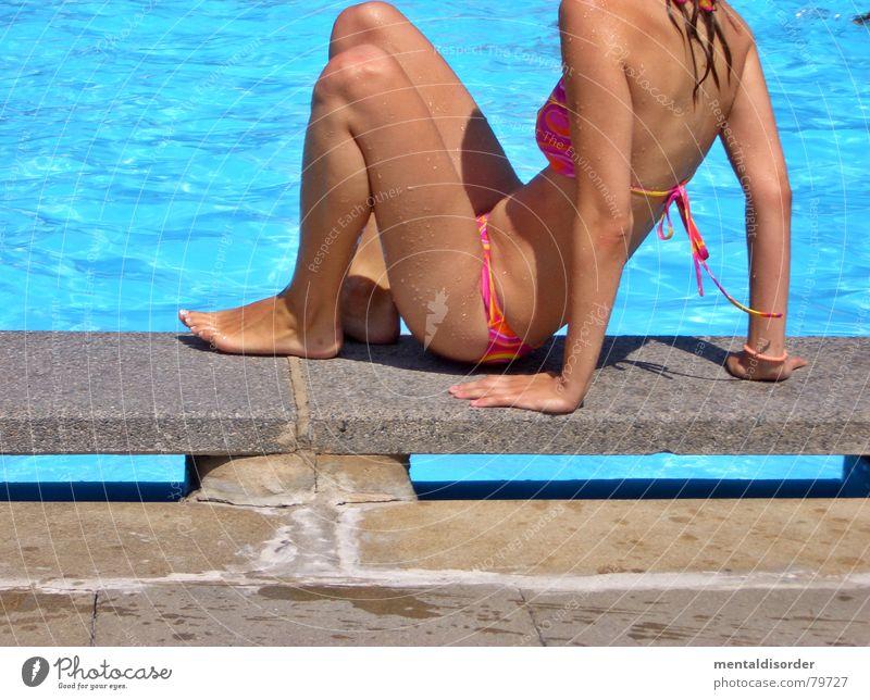 kopflos Sommer Beckenrand Freibad Bikini Erholung Frau Open Air Schwimmbad Freizeit & Hobby Wassersport Schwimmen & Baden sitzen blau Arme Beine Fuß sister swim