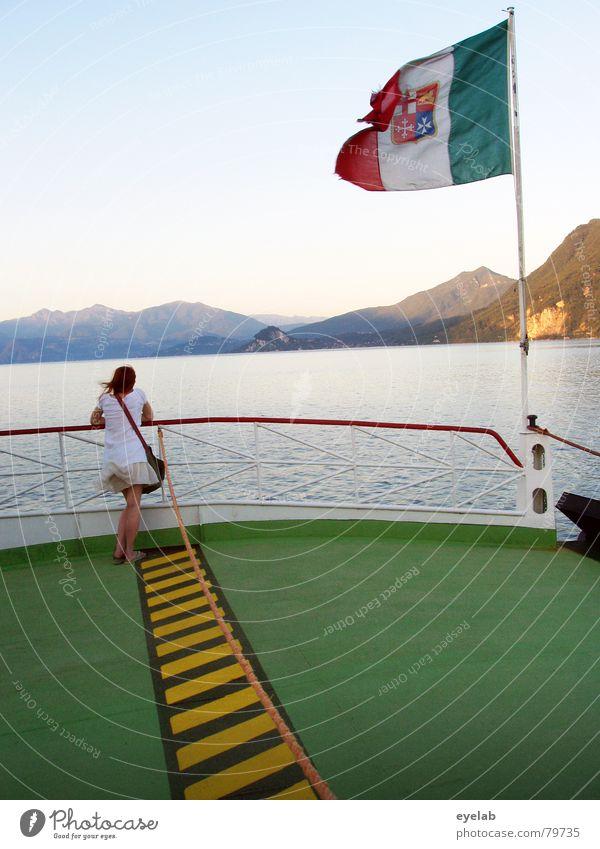 Die Wellenzählerin Himmel Meer grün blau Sommer Ferien & Urlaub & Reisen schwarz gelb Berge u. Gebirge See Wasserfahrzeug Wind Fahne Aussicht Bodenbelag Italien
